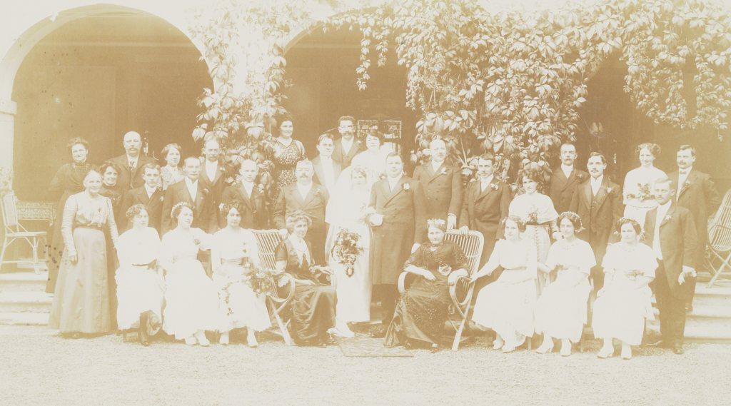 Dieses Bild hat ein leeres alt-Attribut; sein Dateiname ist hochzeitsfoto-roth-michel-1913-hell.jpg.